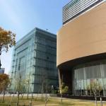 奥の建物が人と防災未来センター